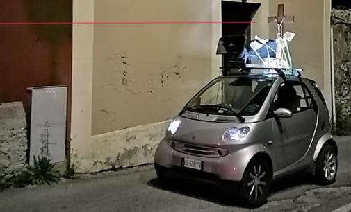 """PATTI – Percorre tragitto  """"varette"""" con crocifisso e addobbo floreale sul tettuccio della Smart. Grazie Silvestro"""