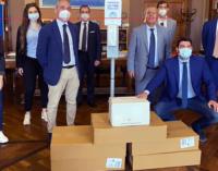 """MESSINA – L'Ass """"avv. Nino D'uva"""" dona all'Ordine degli Avvocati 5 piantane in acciaio con dispenser di gel sanificante a fotocellula."""