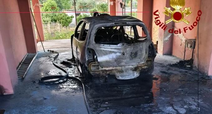 MAZZARRA' SANT'ANDREA – Auto in fiamme. I primi rilievi rivelano la natura dolosa, intervento dei Vigili del Fuoco di Milazzo.