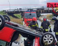 MILAZZO – Auto sbanda e si ribalta causa manto stradale viscido. Lievi ferite per il conducente