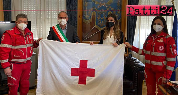 BARCELLONA P.G. – 8 Maggio: Giornata Mondiale della Croce Rossa. Bandiera esposta all'esterno del palazzo municipale.
