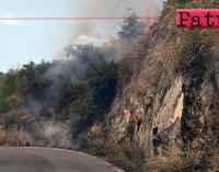 SAN PIERO PATTI – Un vasto incendio sta interessando un costone lambendo la strada provinciale 122.