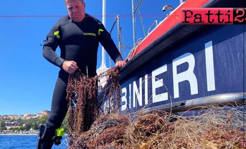 """MILAZZO – Carabinieri recuperano una rete """"fantasma"""" in mare, lunga circa 200 metri, a 36 metri di profondità, pericolosa per la fauna marina locale."""